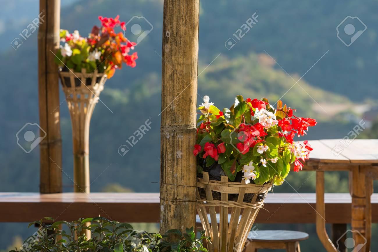 Flores Decoradas En Macetas De Mimbre En Terraza Al Aire Libre Con Vista A La Montaña En El Fondo