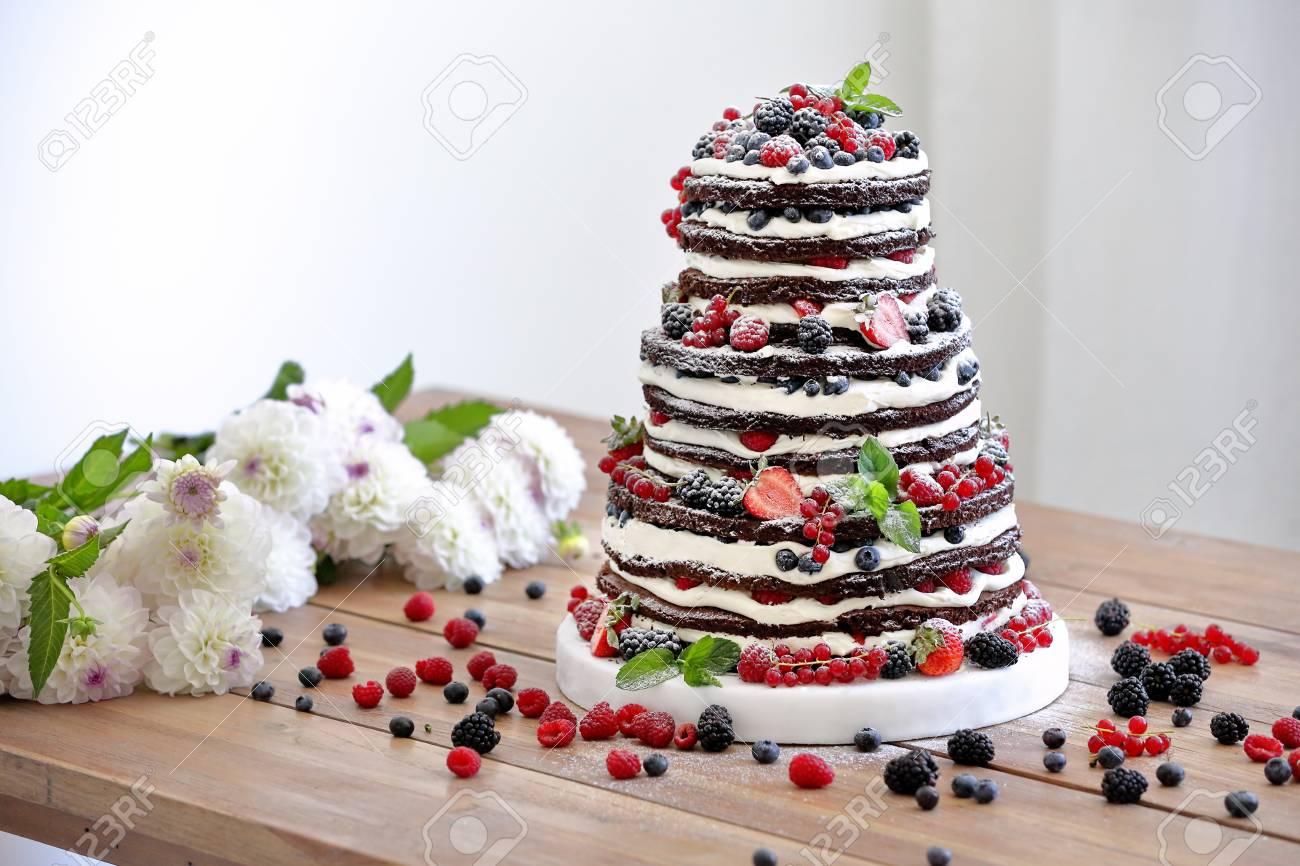 Rustikale Hochzeitstorte Mit Fruchten Und Blumen Auf Holzuntergrund