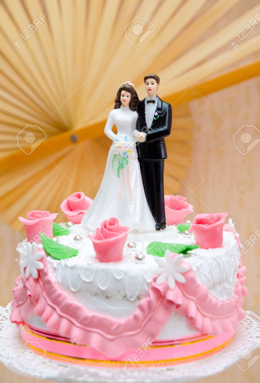Mariée Et Le Marié En Plastique Sur Le Dessus Du Gâteau De Mariage