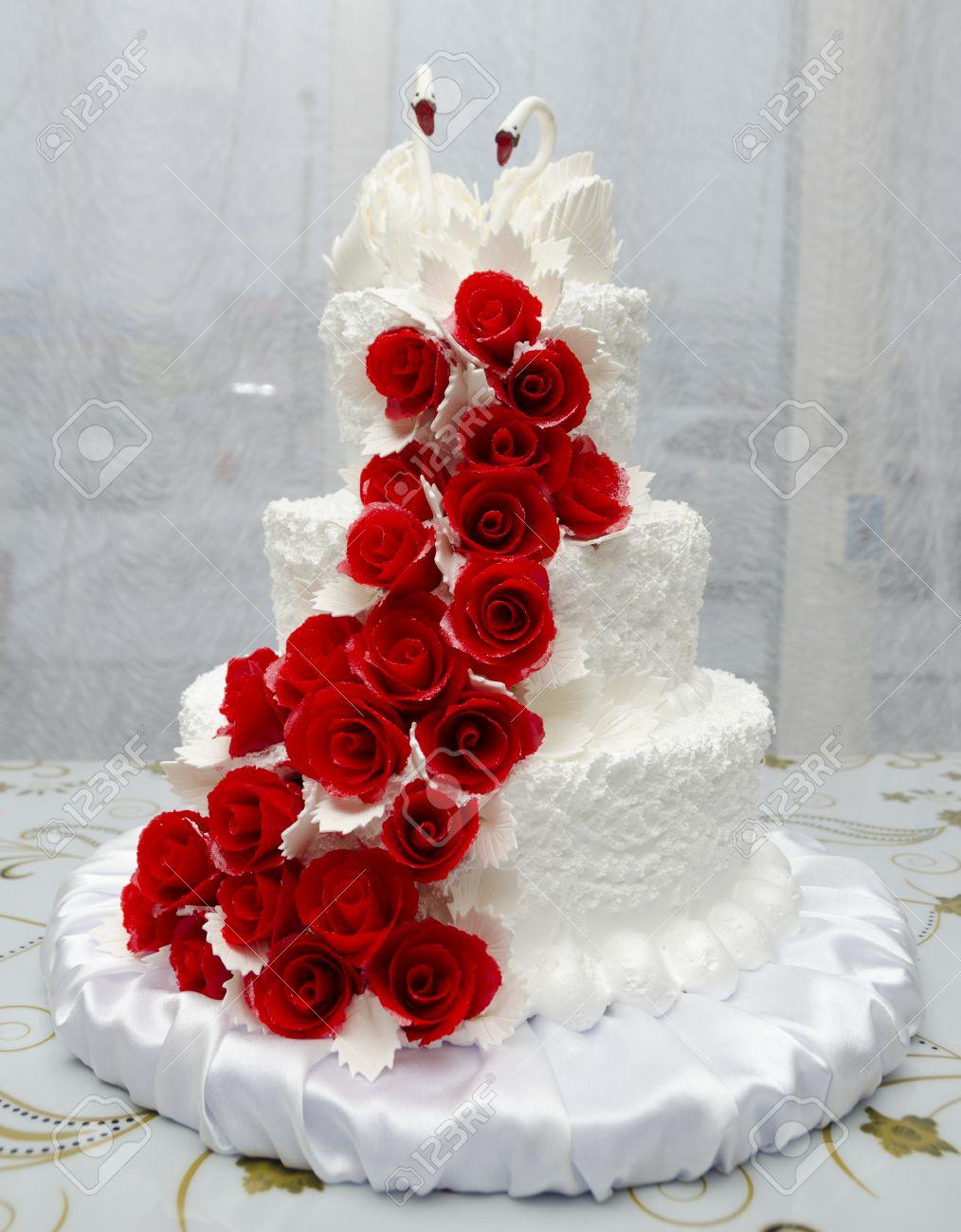 Weisse Hochzeitstorte Mit Vielen Roten Rosen Und Schwane An Der