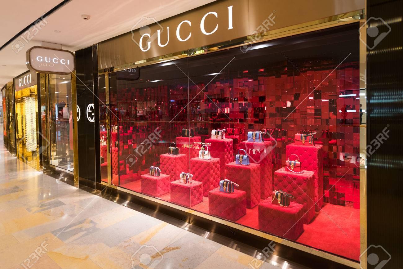 2b6112644cd HONG KONG - 17 De Março De 2017  Uma Loja Gucci No Shopping Pacific Place.  Gucci é Uma Marca De Luxo Italiana De Moda E Artigos De Couro
