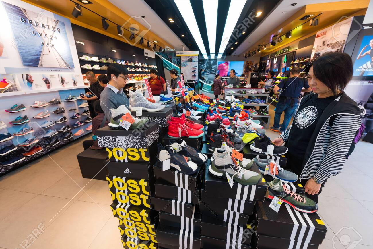 Bibliografía Mamut Karu  HONG KONG - MARCH 20, 2017: People Buy Shoes At Adidas Store.. Stock Photo,  Picture And Royalty Free Image. Image 136576725.