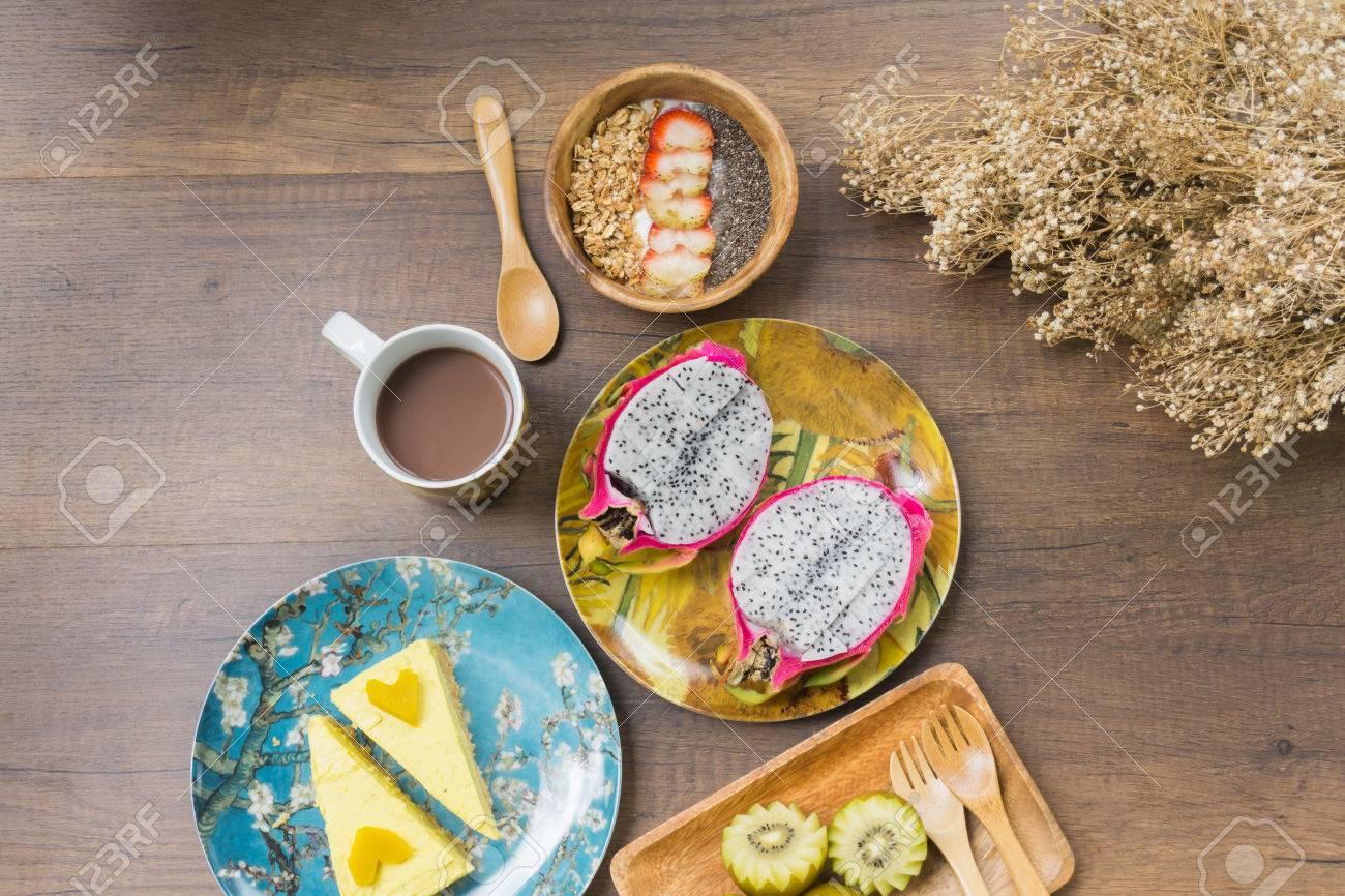 Fruhstucksset Auf Holztisch Granola Mit Erdbeeren Und Chiasamen