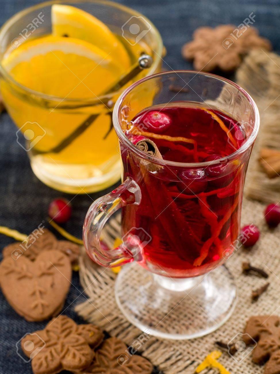 Heiße Getränke Mit Preiselbeeren Und Orange. Selektiver Fokus ...