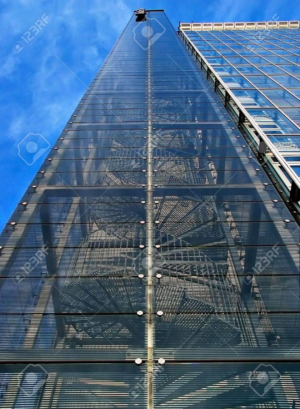 foto de archivo escaleras en espiral de gran altura y moderno edificio