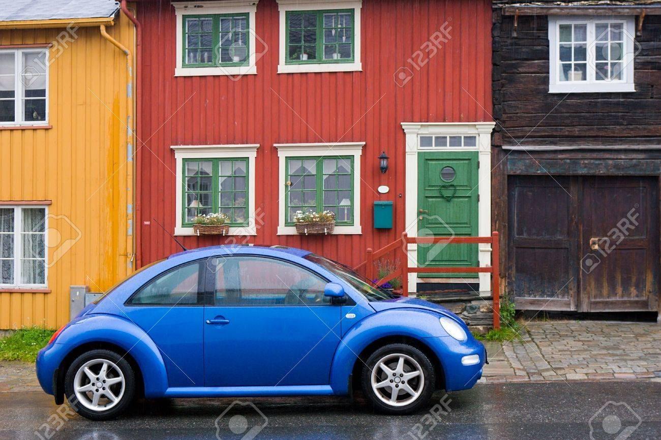 Schöne Moderne Auto Auf Alten Stil Aus Holz Bunte Häuser Hintergrund ...