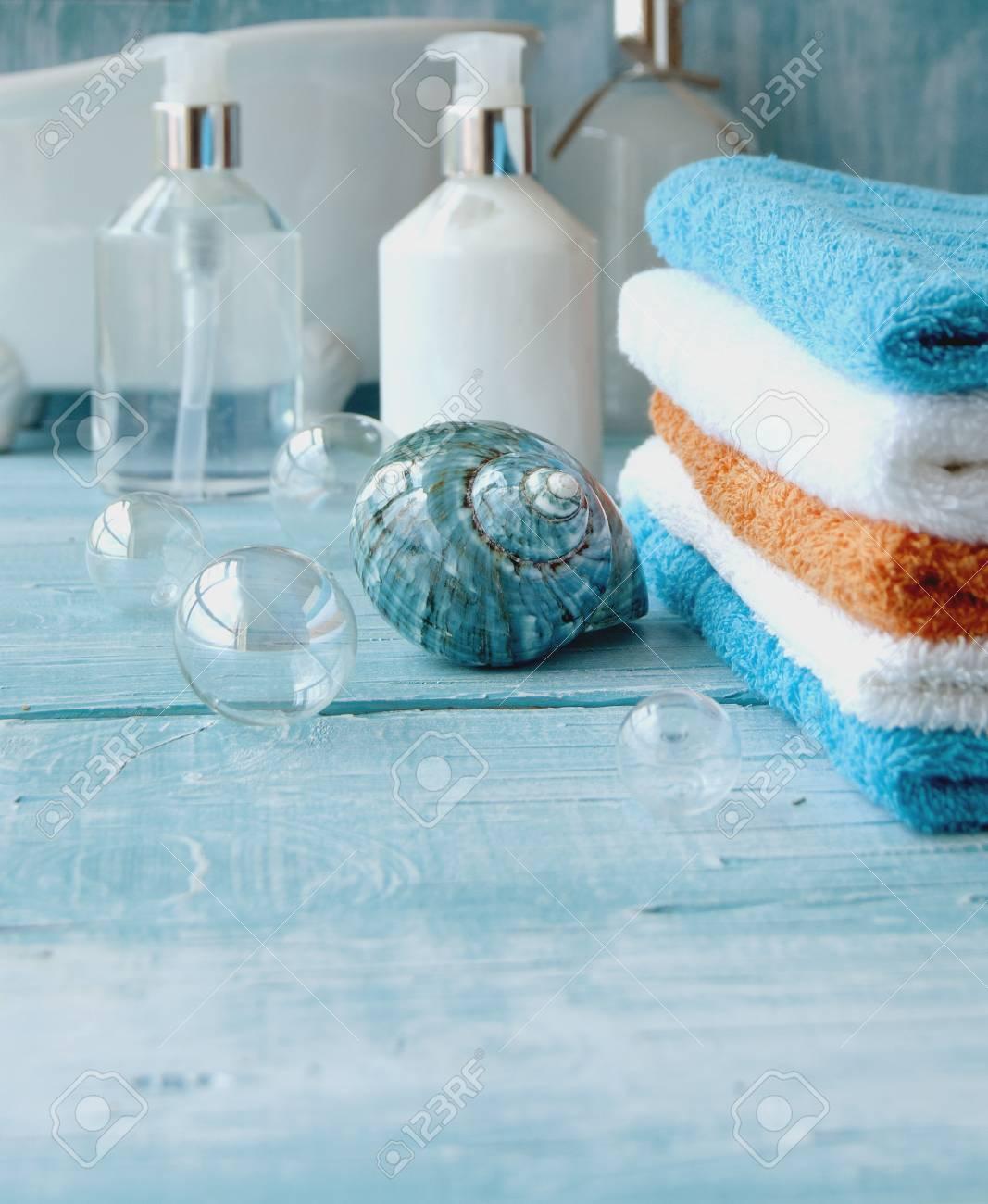 Accessori Per Bagno Colorati.Pila Di Asciugamani Colorati Sul Tavolo Accessori Per Il Bagno
