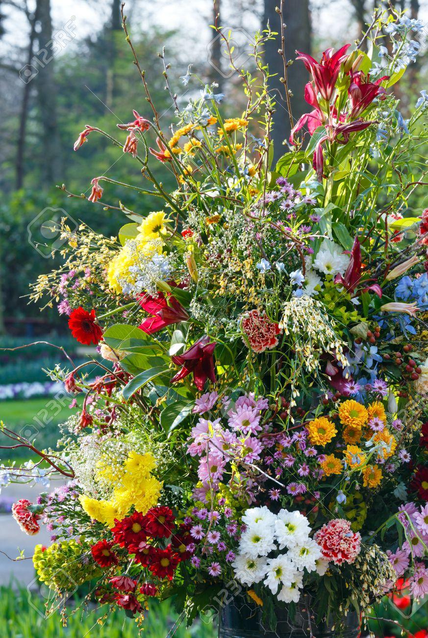Banque dimages , Big magnifiques fleurs multicolores bouquet en parc de printemps