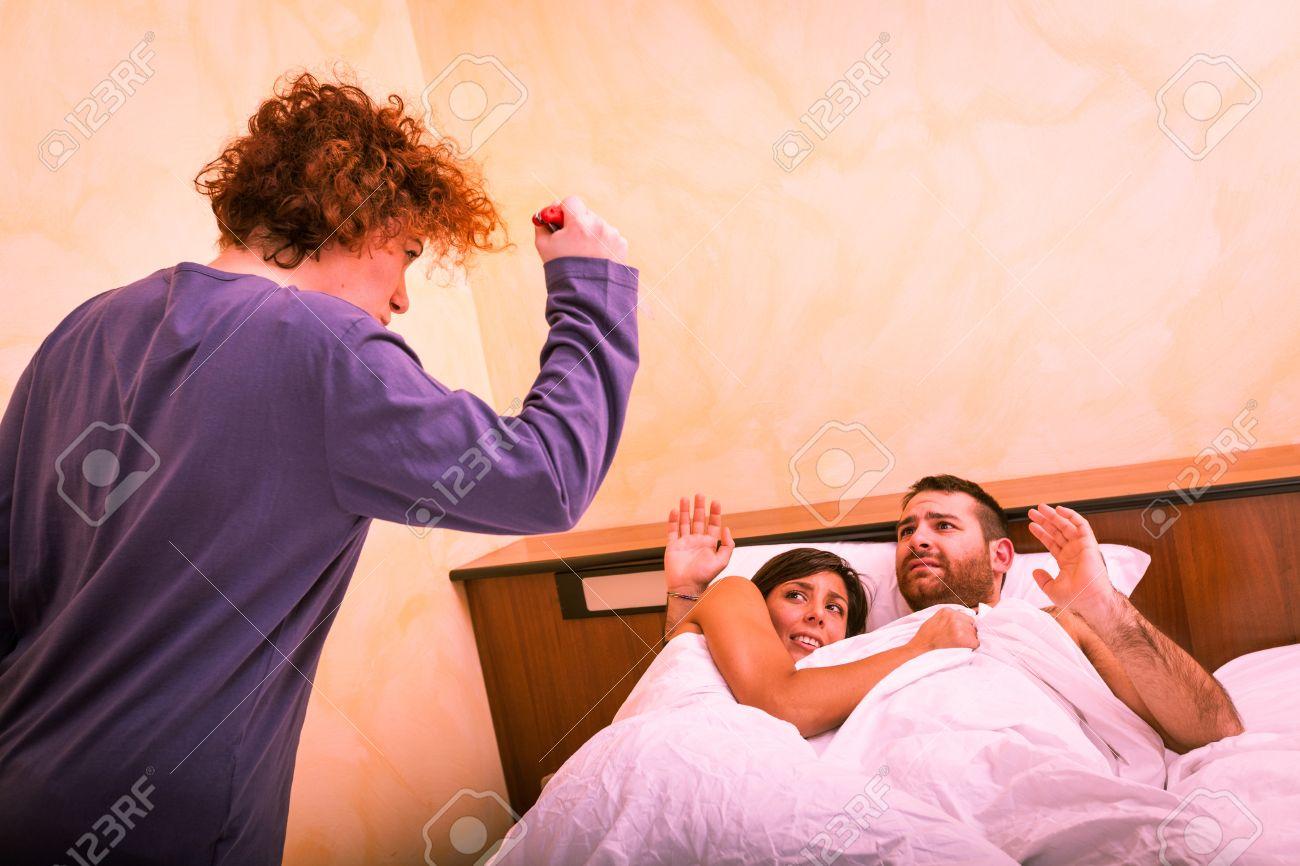муж тряпка смотрит как жену трахает сосед видео