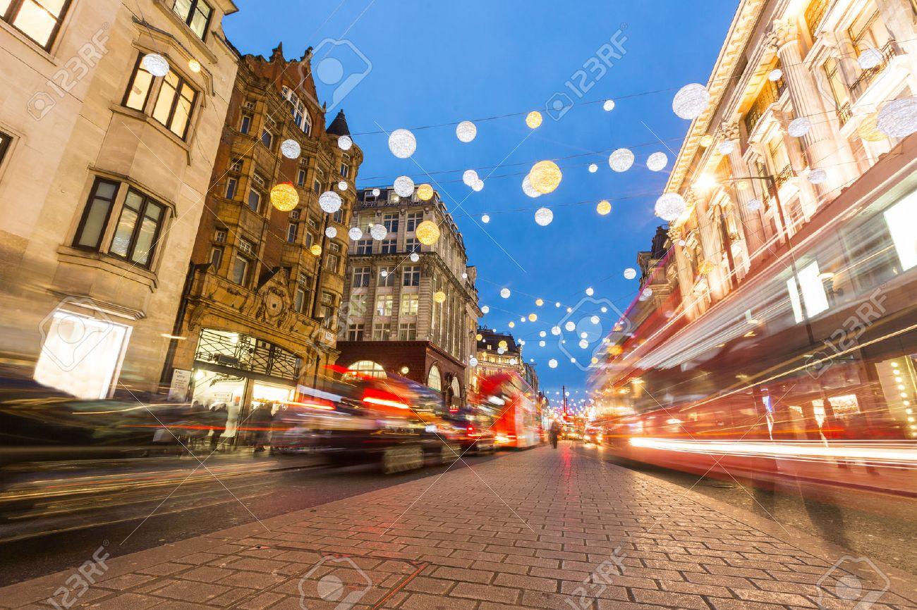oxford street à londres avec des lumières de noël et de la