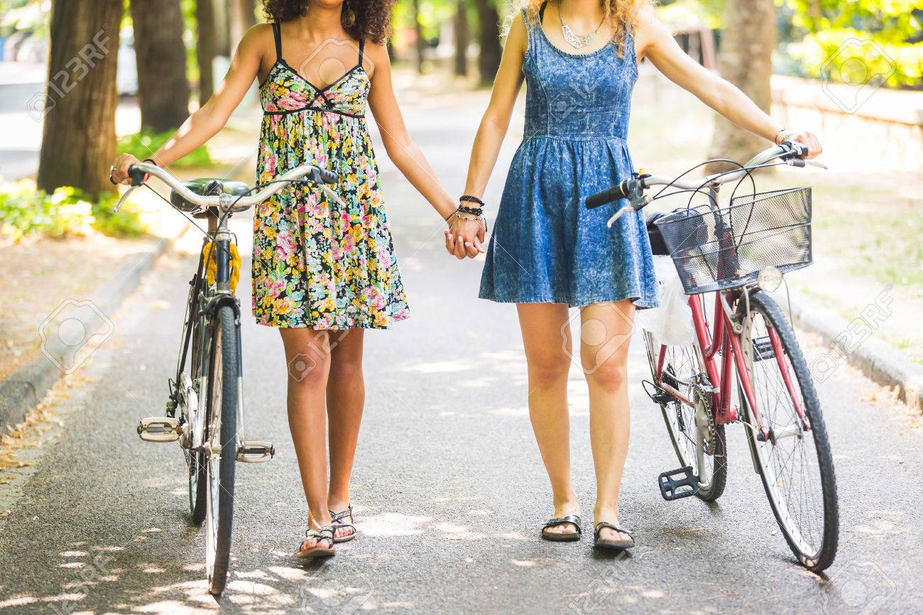 zwei-lesbische-maedchen-peter-north-riesige-gesichtsbehandlung