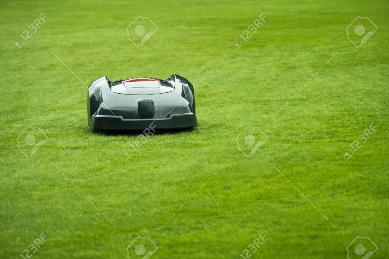 automatische rasenmäher roboter mäht gras im garten, vorderansicht