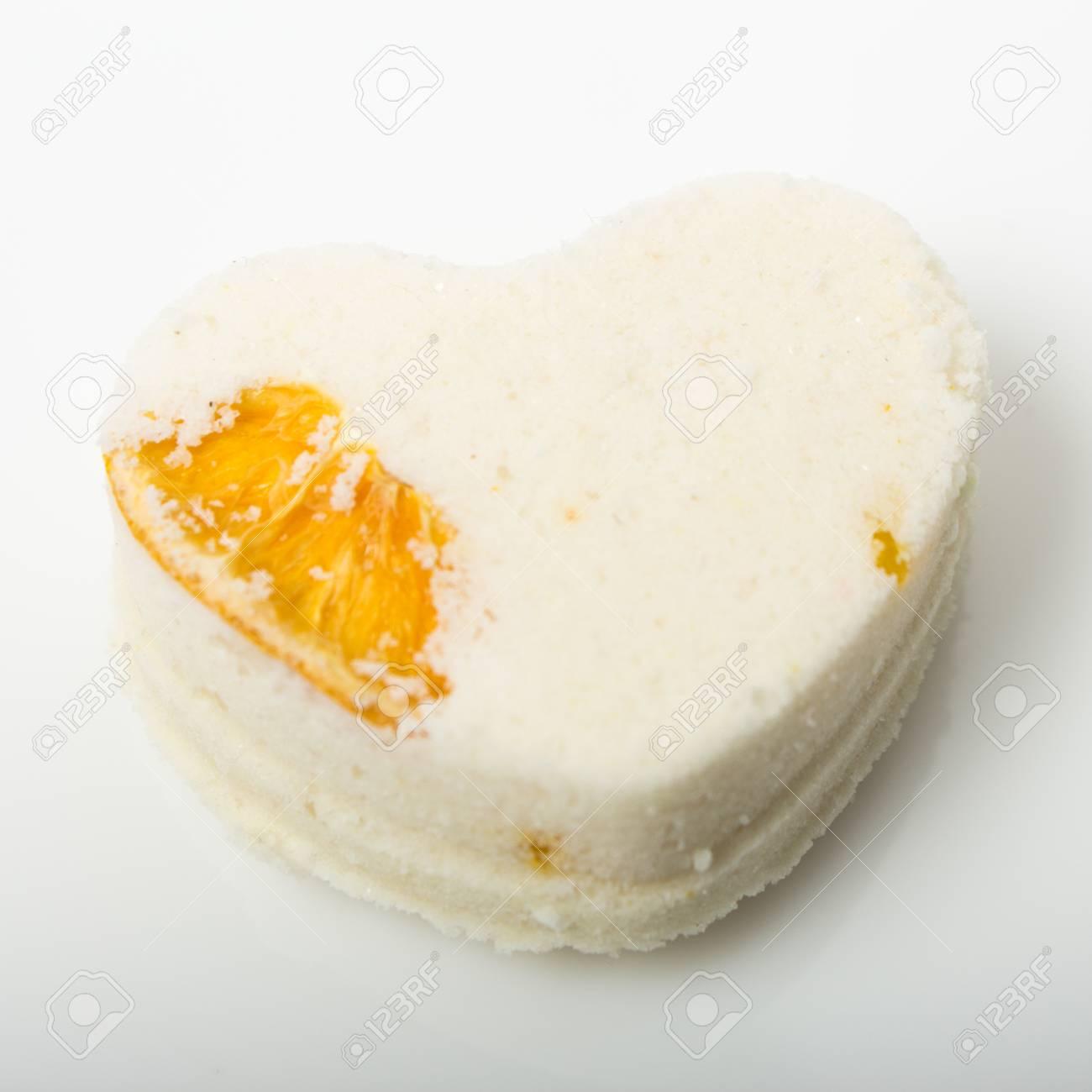 Bomba Da Bagno Di Sale Decorato Arancione Su Uno Sfondo Bianco Foto ...