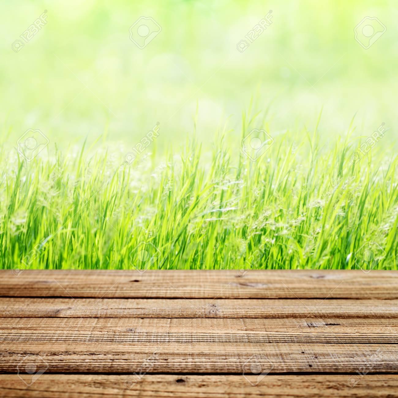 Immagini Stock Vecchio Tavolo Di Legno Su Sfondo Verde Erba