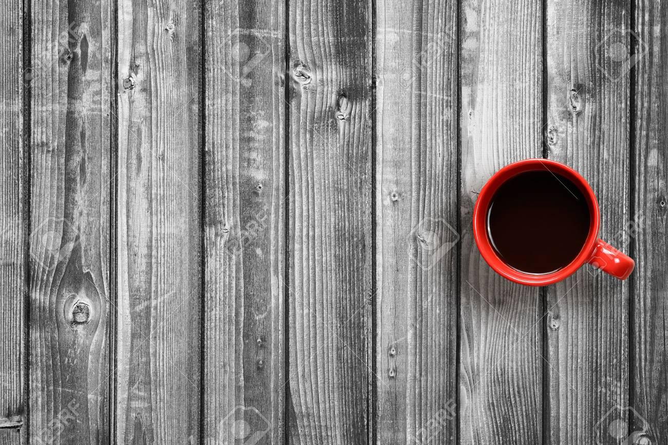 Legno Bianco E Nero : Vista superiore della tazza di caffè su fondo di legno bianco e