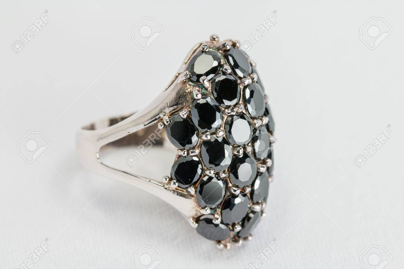 78b7ef10b3a Bague en argent Vieux noir de couleur pierre précieuse sur blanc fond de  satin. Banque