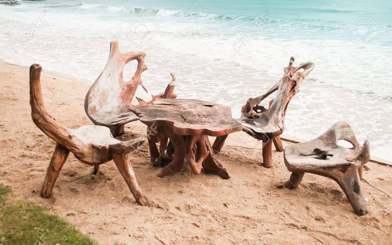 die stühle und tisch aus baumwurzel am strand gemacht lizenzfreie