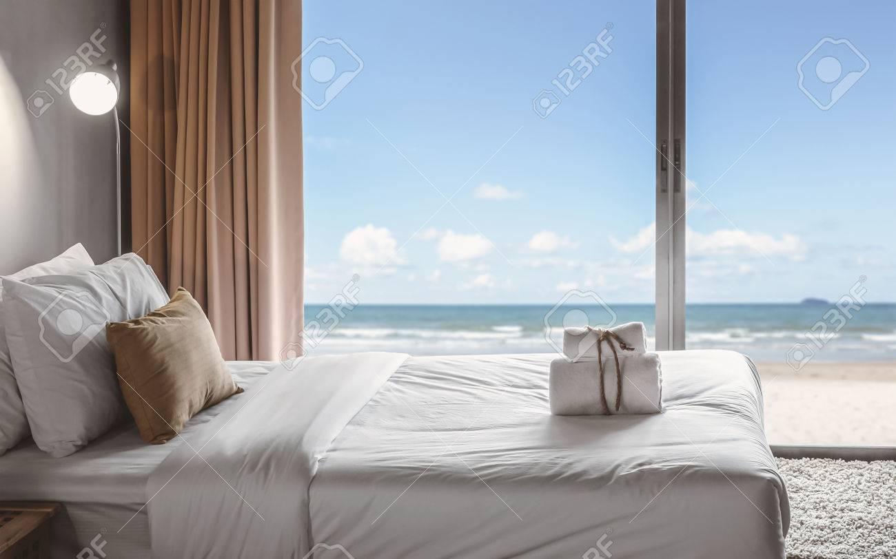 relax in camera da letto con vista mare foto royalty free