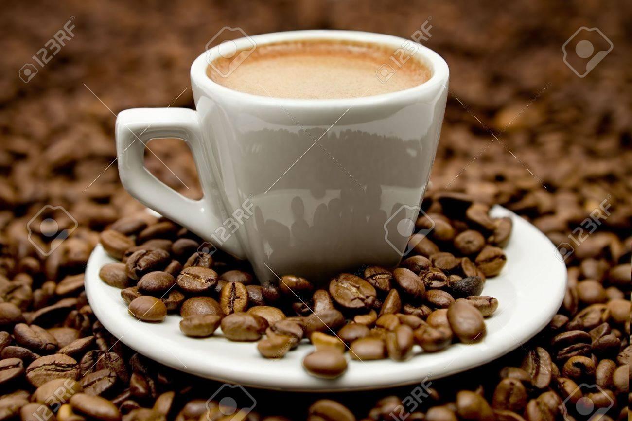 Heisse Getränke Auf Kaffee-Bohnen. Lizenzfreie Fotos, Bilder Und ...
