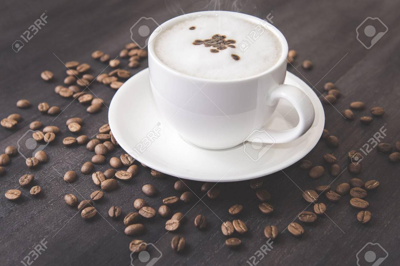 tasse à café blanche avec arôme fumée et grain de café couleur