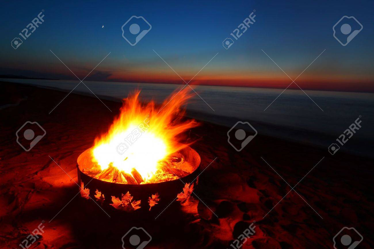 Campfire and beautiful sunset along the beautiful beach of Lake Superior in northern Michigan Stock Photo - 9896726