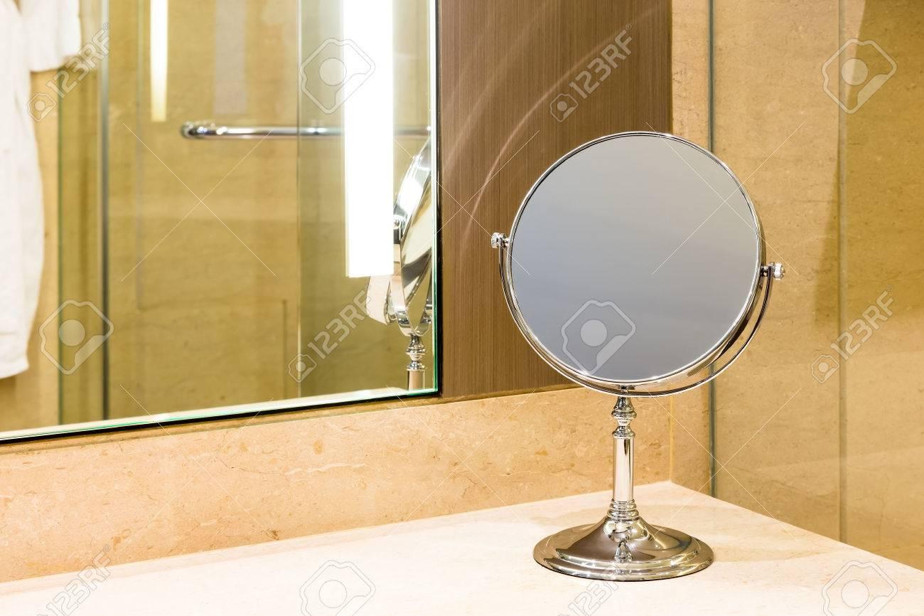 Make Up Spiegel : Make up spiegel auf marmor zähler badezimmer lizenzfreie fotos