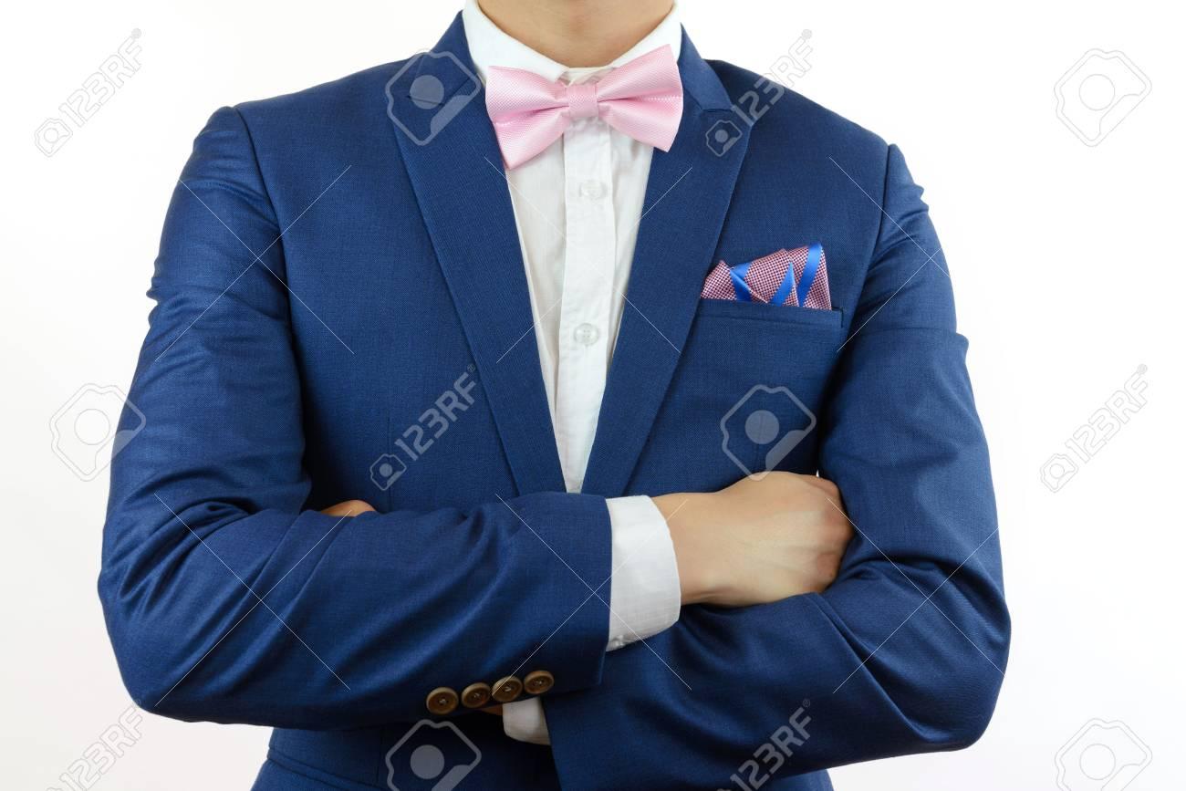 sélection premium Style magnifique vendu dans le monde entier L'homme en costume bleu rose noeud papillon, fleur broche, et bleu carré de  poche de la bande rose, gros plan