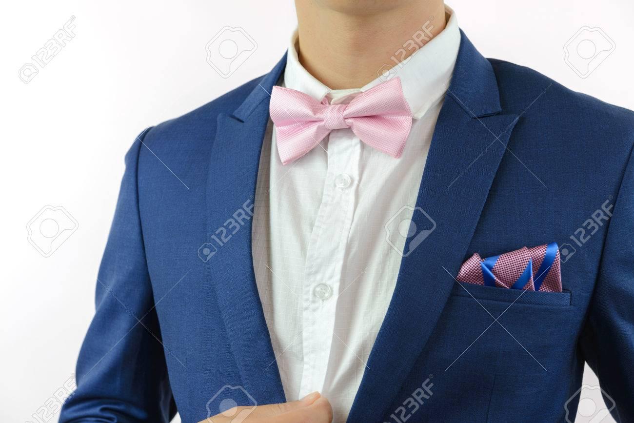 plus grand choix vaste sélection plutôt sympa L'homme en costume bleu rose noeud papillon, fleur broche, et bleu carré de  poche de la bande rose, gros plan