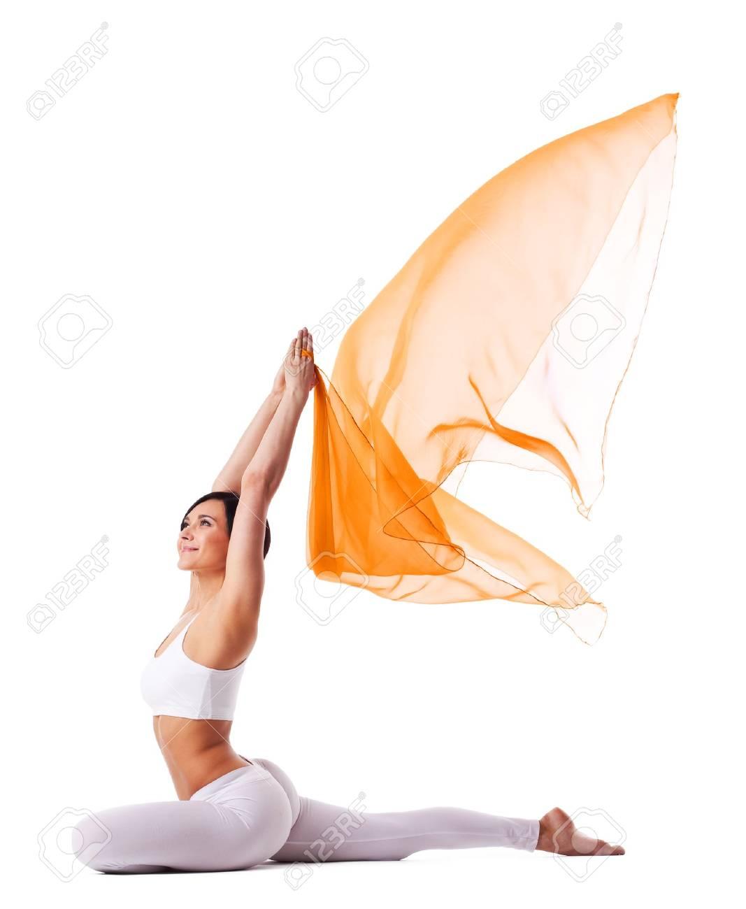 Junge Frau Im Yoga Asanas Und Fliegenden Stoff - Taube Pose ...