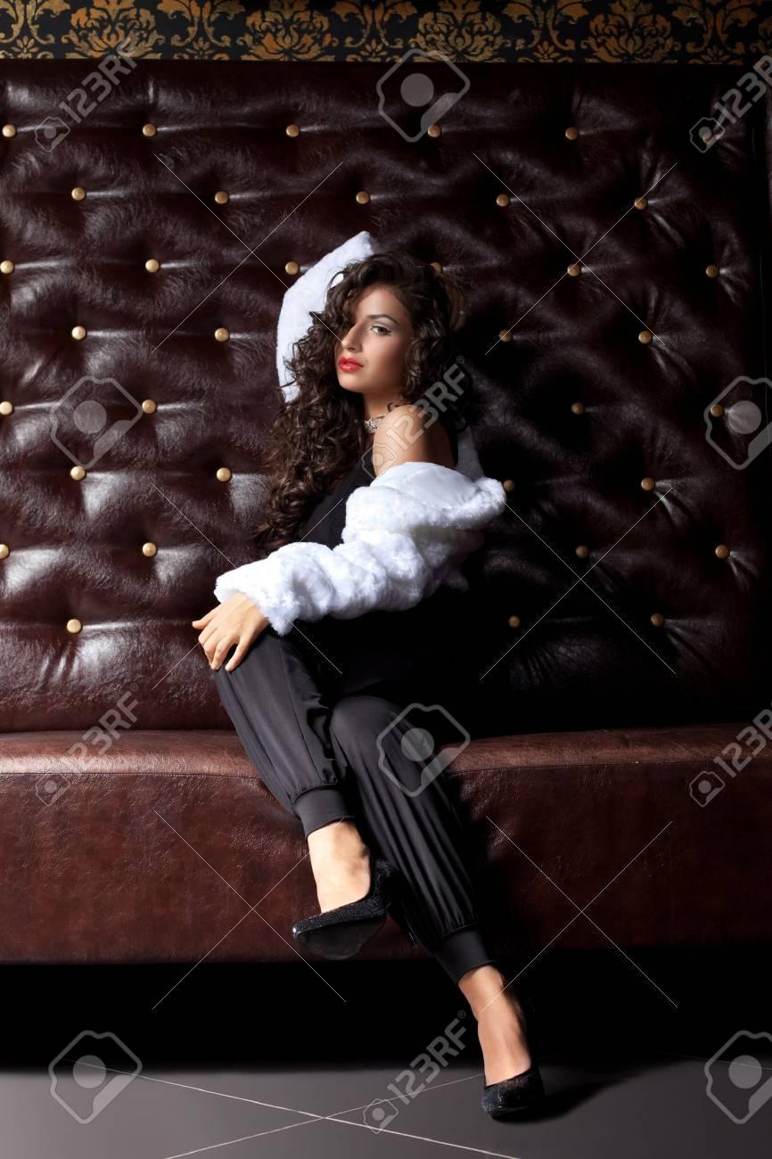 Mujer Cuero Joven Sofá Piel De El Sexy Sentado Abrigo En FFrqf