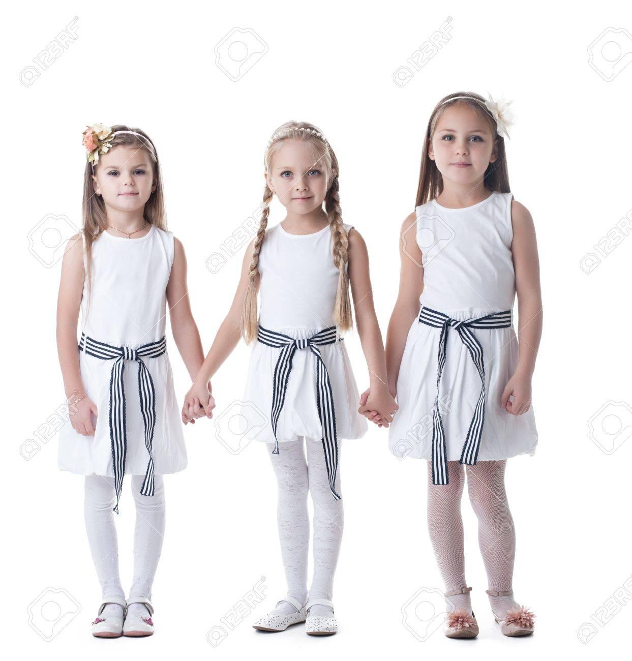 60b36dcd15 Foto de archivo - Retrato de cuerpo entero de niñas en vestidos blancos  aislados en blanco