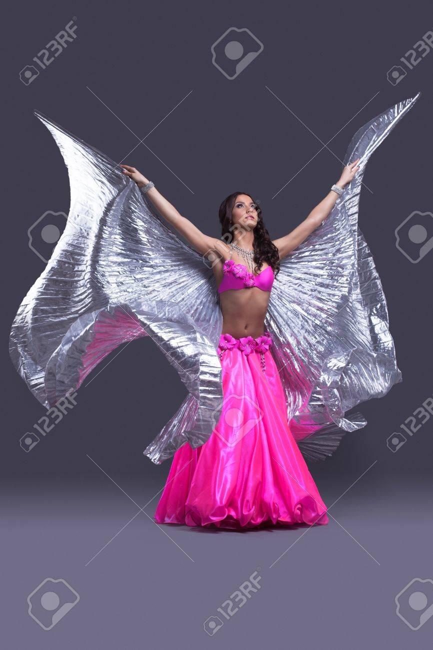 Retrato De Cuerpo Entero De La Hermosa Bailarina De Danza Oriental ...