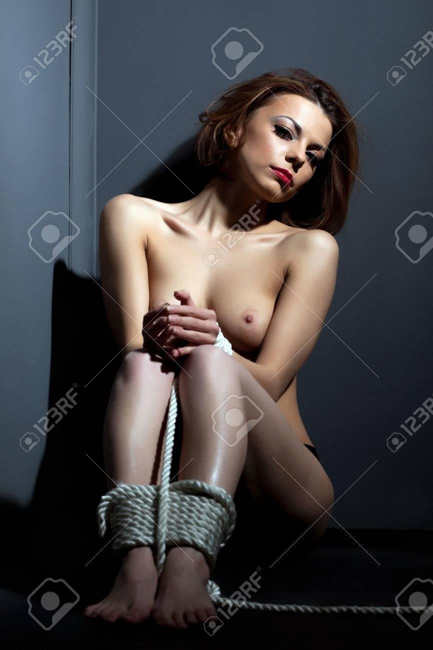 Mujer Pelirroja Desnuda Con Las Piernas Atadas Mirando A La Cámara