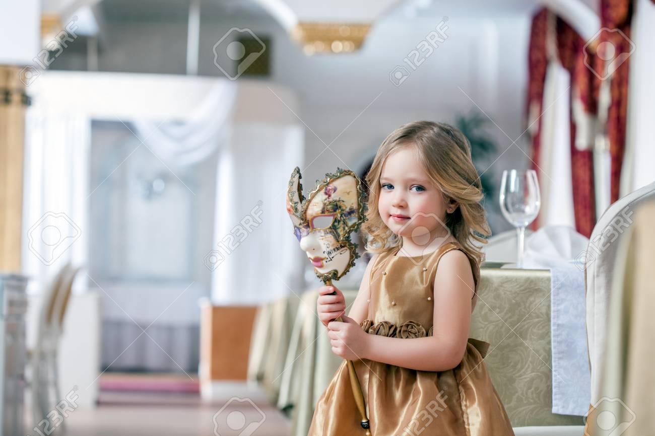 Bild Von Adorable Little Mädchen Posiert Mit Maske Im Interieur ...