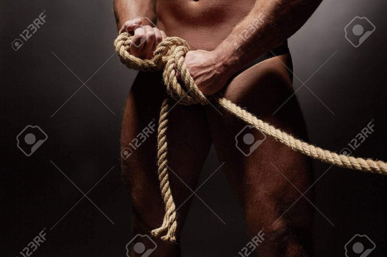Связан веревкой мускулистый парень 2 фотография