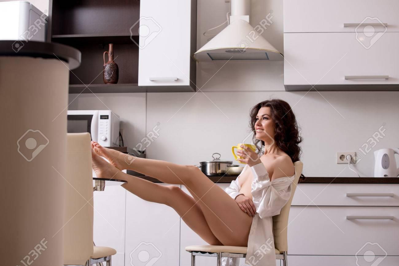 Bild Der Glücklichen Nackte Brünette Ruhe In Der Küche Lizenzfreie ...