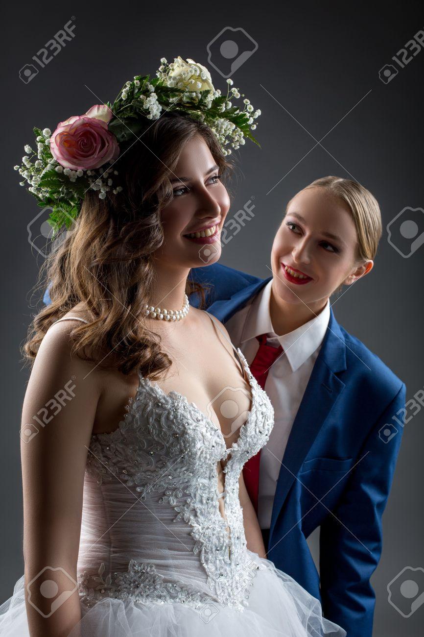 Lesbische Hochzeit. Glückliche Braut Und Bräutigam Posiert Im Studio ...