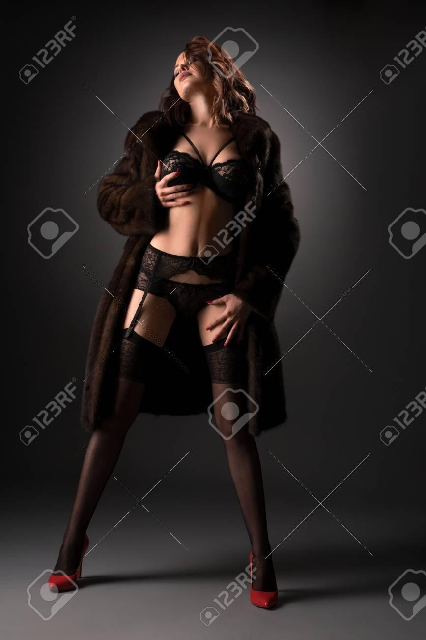 Forma Con Tacón Encaje Color Y Chica Medias Rojo Interior Alto En Zapatos Ropa Gracia De Bien Abrigo Piel Desabrochado Sexual Posando zYYAxHwnqE