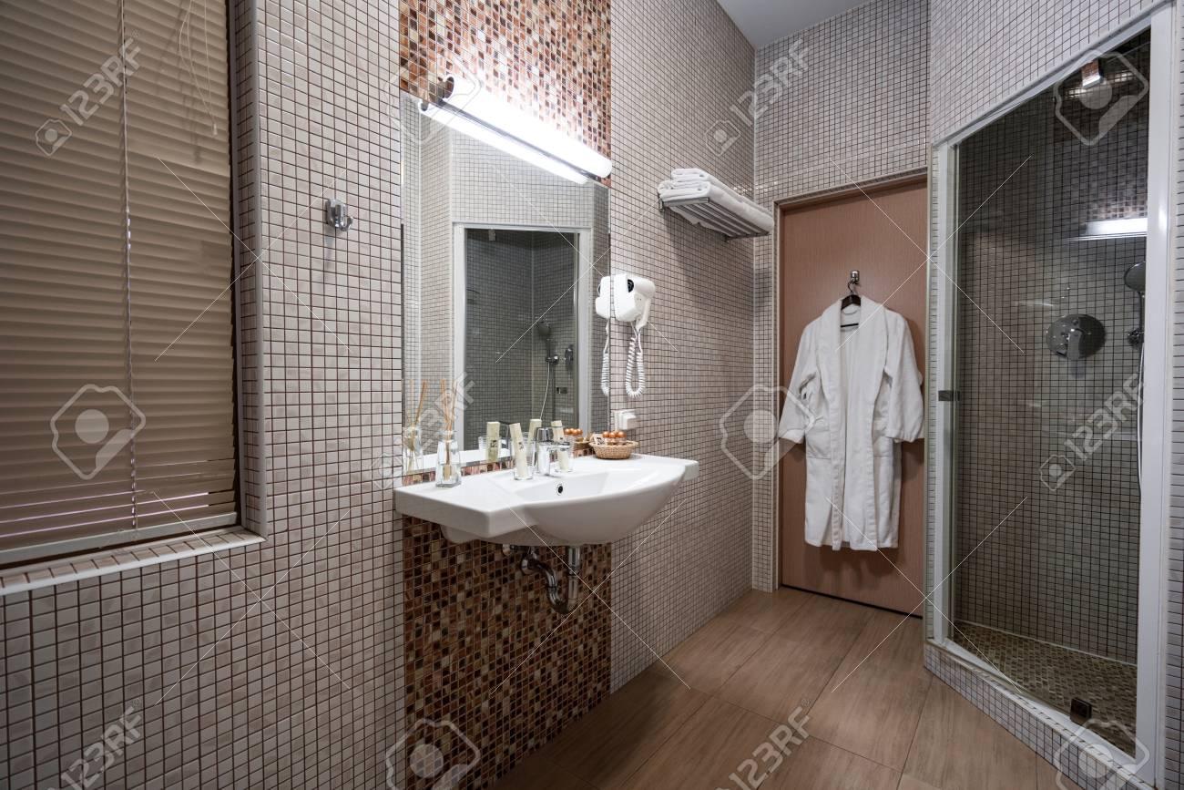Intérieur de la salle de bain de l\'hôtel, en couleur beige