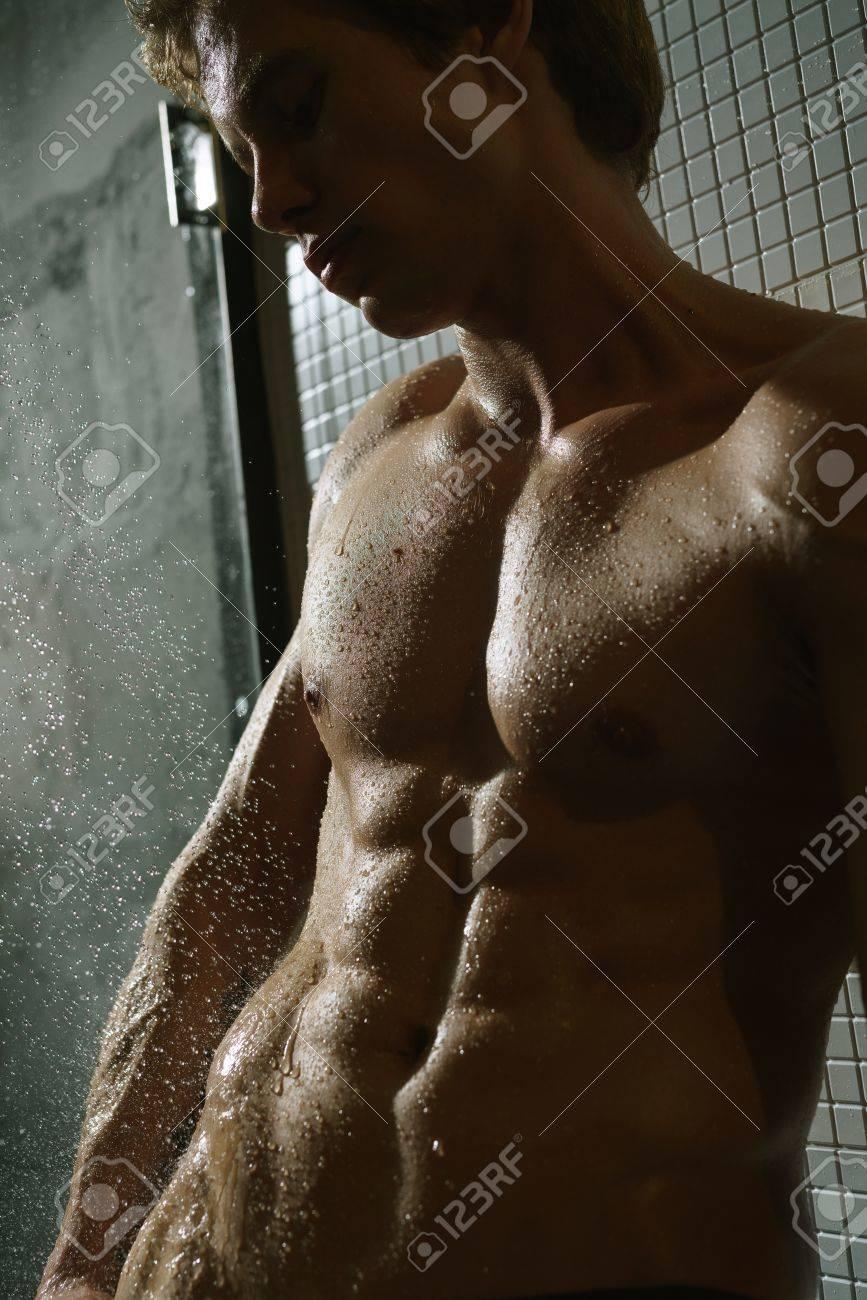 nackter mann in der dusche
