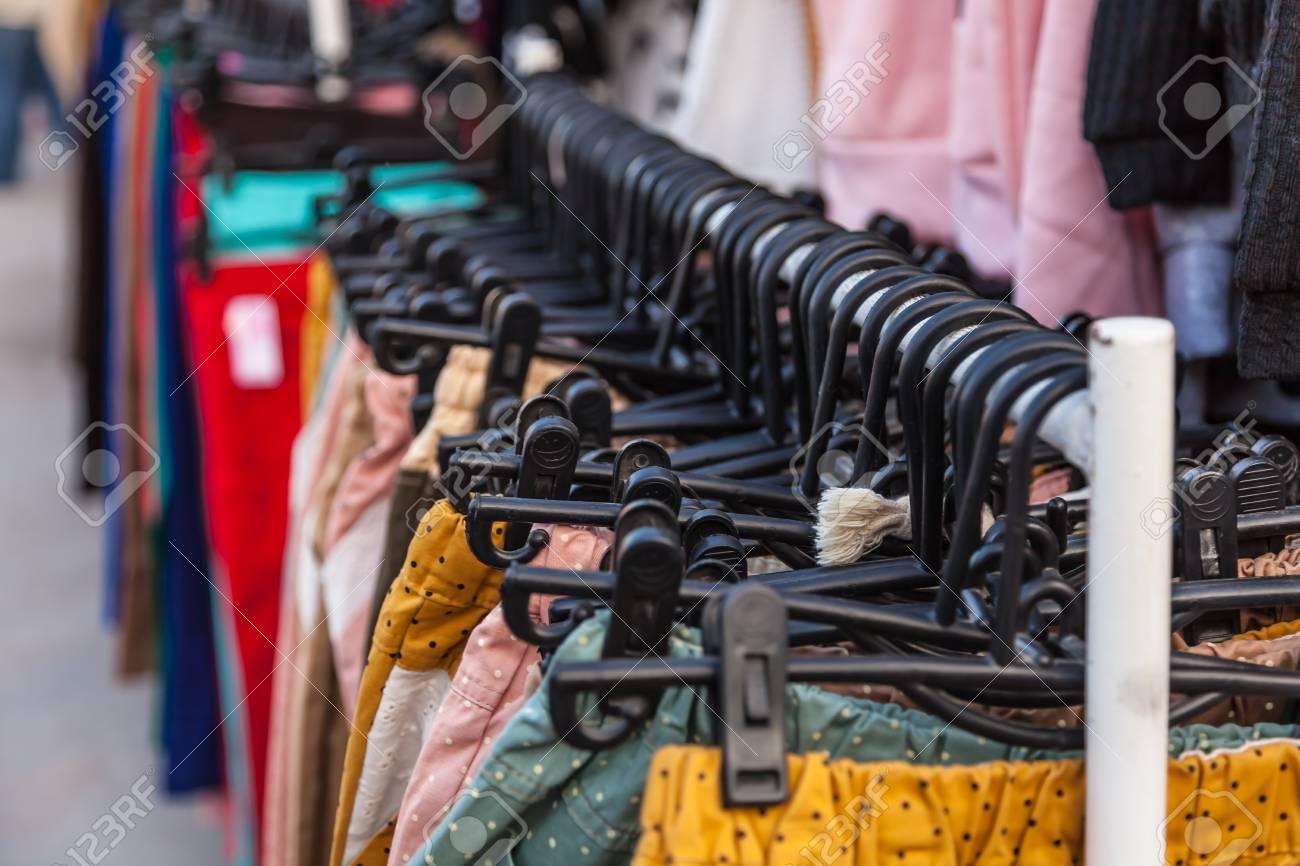 Pour Accrocher Les Vetements cintres en plastique noir pour accrocher les vêtements en vente