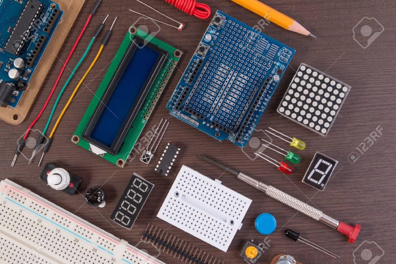 Stem Education Ou Diy Electronic Kit Robot Fabrique Sur La Base D Un Microcontroleur Avec Une Variete De Capteurs Et D Outils Fermer