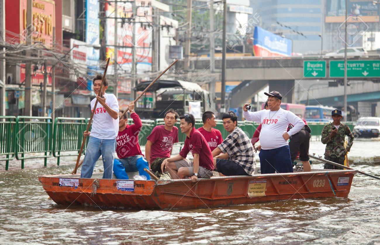 BANGKOK, THAILAND - NOVEMBER 5, 2011: People uses boat as a transportation through water during the worst flooding in decades on November 5,2011 Bangkok, Thailand. Stock Photo - 11116804