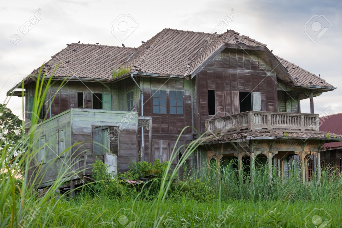abandoned architecture old wood house in Thailand Stock Photo - 12880760