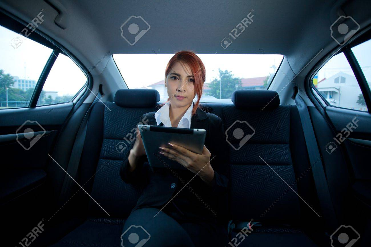 Young business asian woman inside her car using a tablet - 25222132