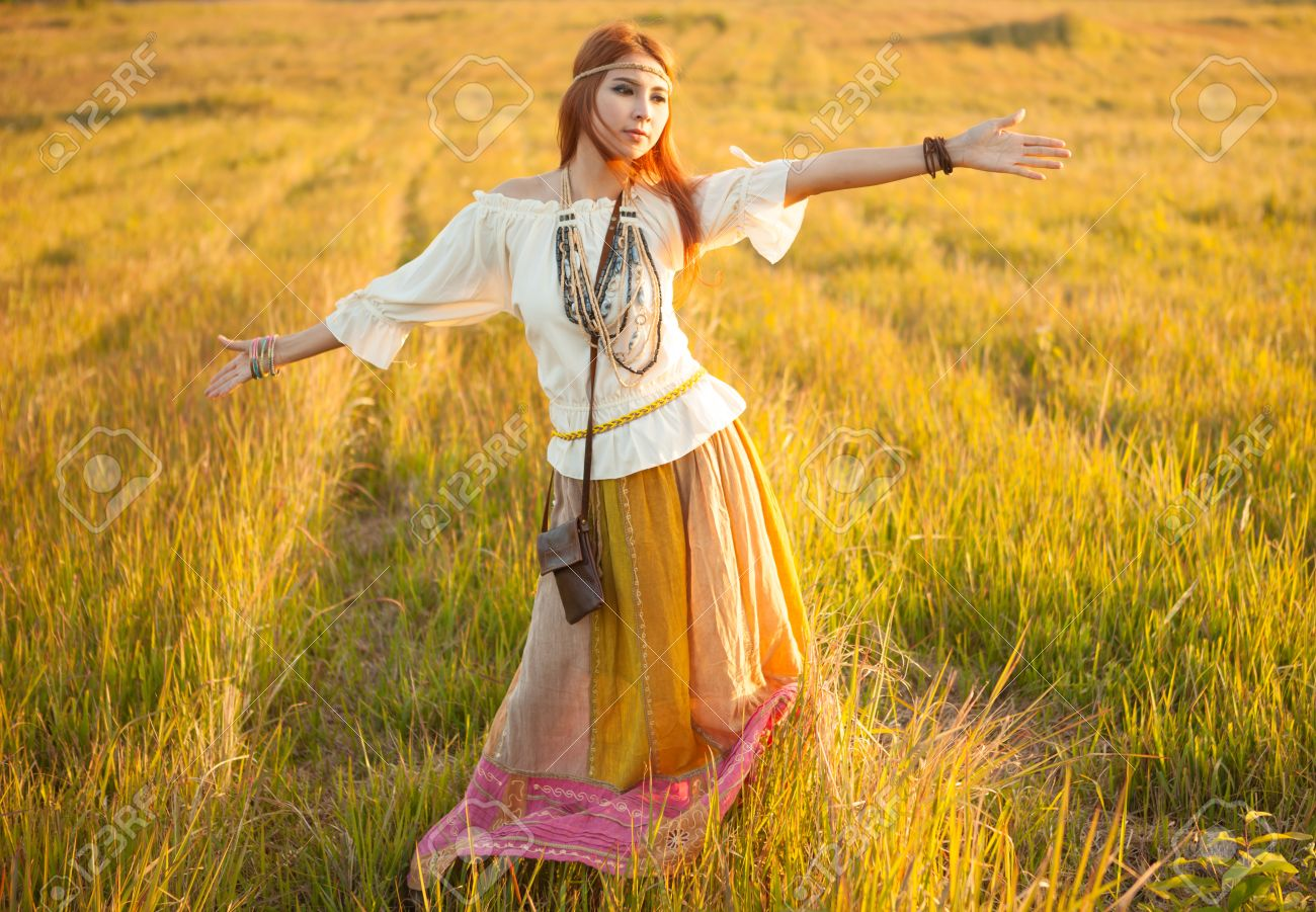 Diário dos Sonhos Lúcidos de Emerson Pawoski - Página 20 26949652-Hippie-woman-with-arms-outstretched-in-golden-field-on-sunset-Stock-Photo