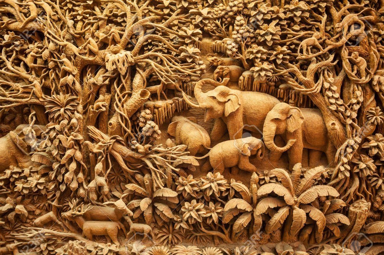 Carved Thai elephant on the wood frame - 40080624