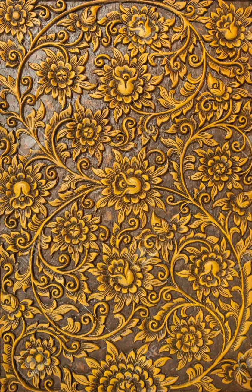 Pattern of flower carved on wood background - 40080783