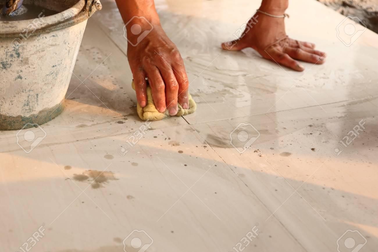 Installazione di piastrelle da pavimento per edilizia foto royalty