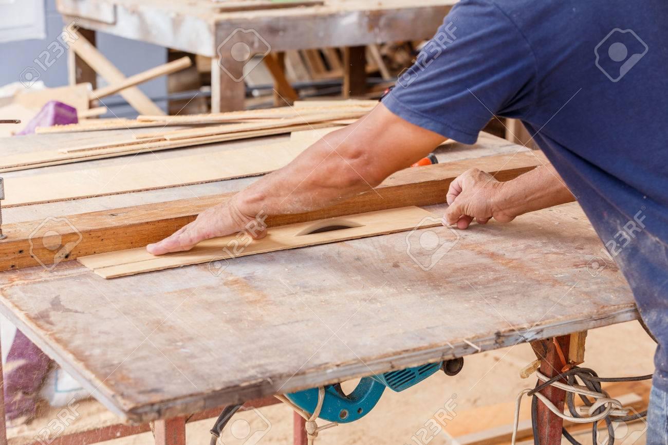 uso carpintero vio cortar madera para hacer muebles nuevos foto de archivo